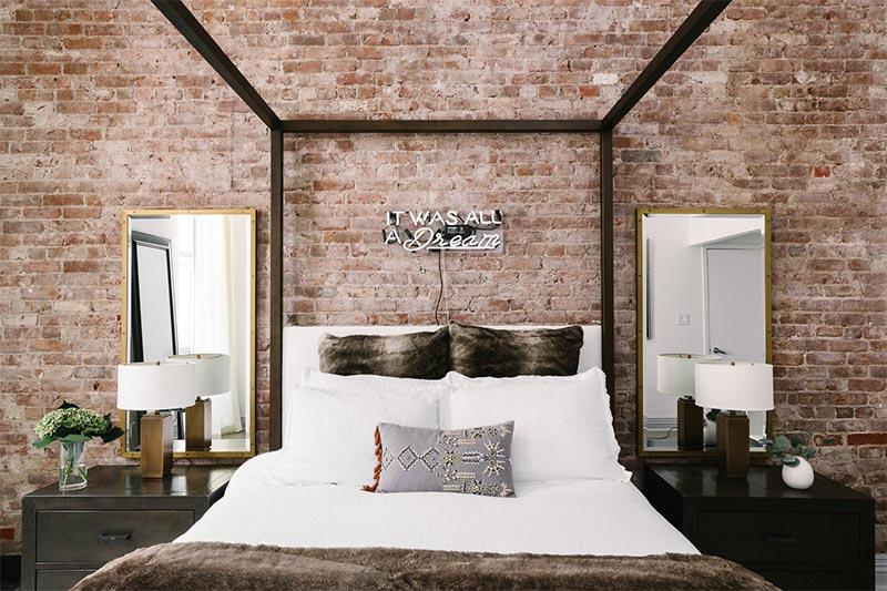 pared ladrillo visto en el dormitorio decoración Valladolid Olid Urbión